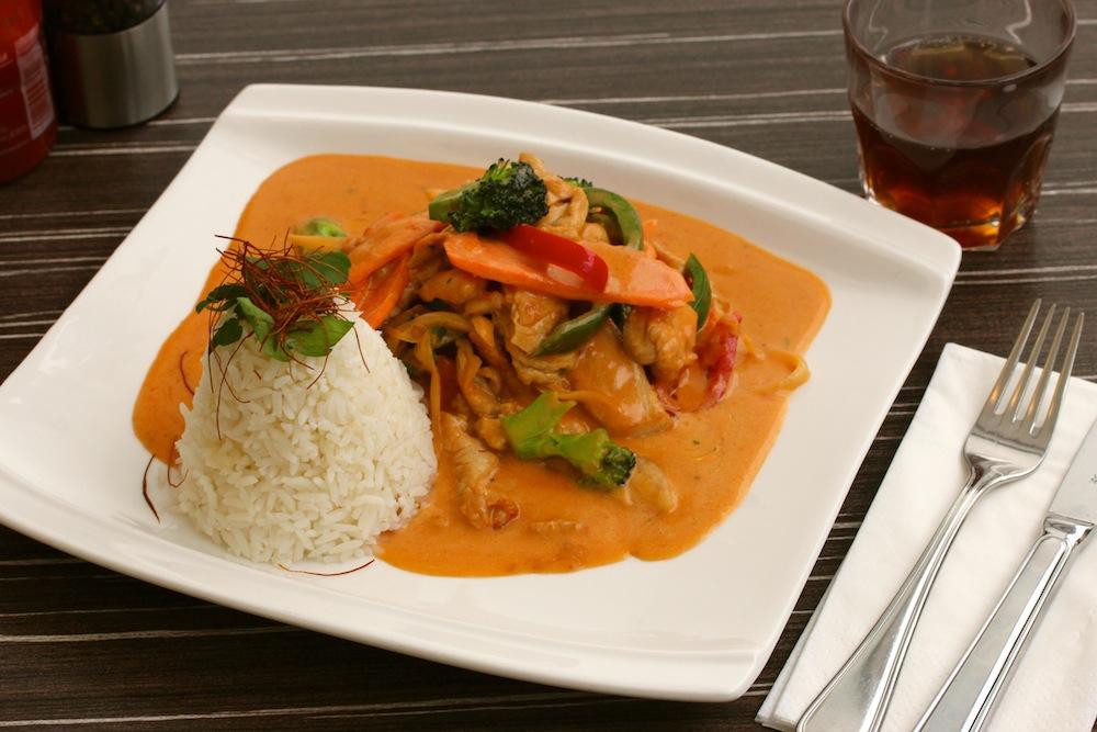 Reis mit Hähnchenbruststreifen und Gemüse